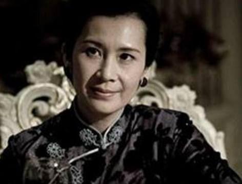 她年轻时比刘晓庆还美,却因拍戏与老公离婚,今60岁依旧单身