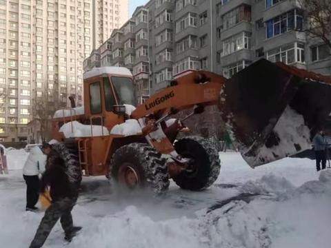 南岗区老旧小区改造施工单位义务为居民小区清冰雪