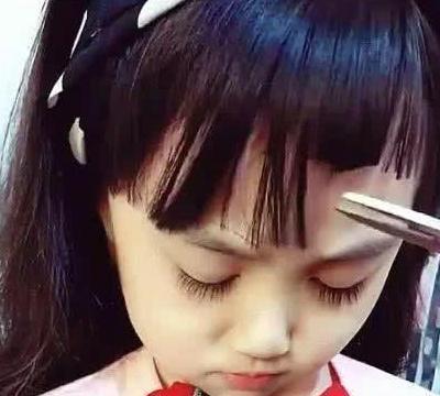 宝妈给女儿剪刘海,意外剪成狗啃式,女儿睁开眼却让人惊艳