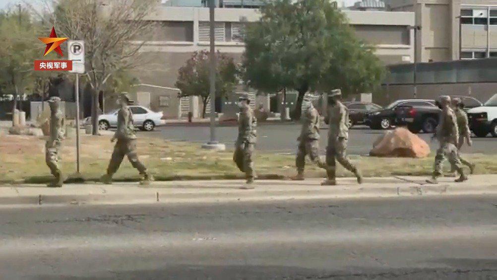 美国民警卫队协助转移新冠死者遗体