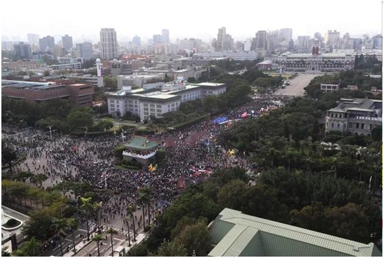 """岛内""""秋斗""""游行下昼在凯道集结登场,台湾大众身穿黑衣否决民进党政府开放含瘦肉优美猪。图自团结消息网"""