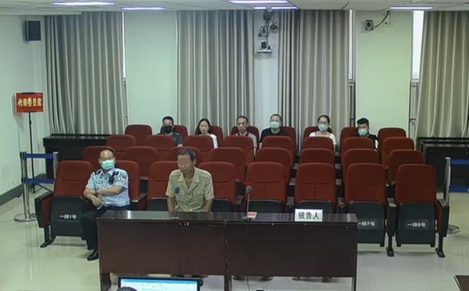 2020年8月19日,一审庭审中,杨作青向法庭供诉自己套购药品的经过。图片来源:中国庭审公开网庭审录像截图。