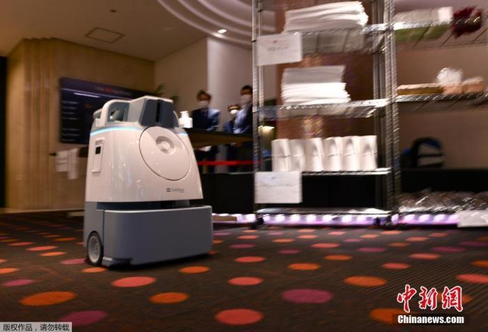 资料图:当地时间2020年11月19日,机器人PATORO在日本东京商场巡逻,为门把手和地面消杀。