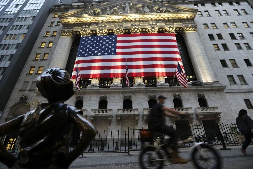 ▲11月9日,行人经过美国纽约证券交易所。(新华社)