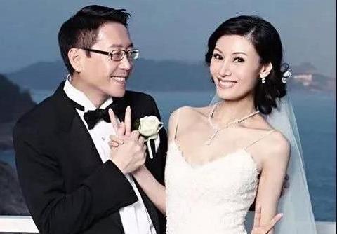 李嘉欣晒照庆结婚12周年,与许晋亨贴脸甜笑,不再年轻却仍受宠爱