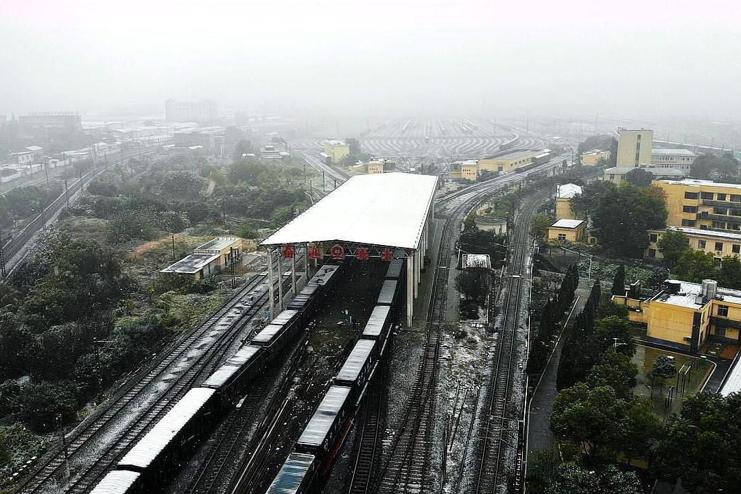 湖北省襄阳市襄阳北车站,迎战风雪保畅通,进行除冰扫雪