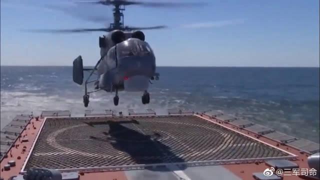 波罗的海舰队海军航空兵的卡-27直升机开展着舰训练