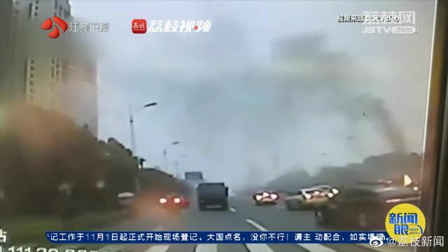 不约而同!小车自燃4名公交车司机接力灭火