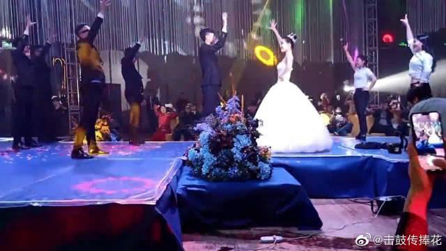 """婚礼现场,新郎伴郎与新娘伴娘对跳""""护花使者"""",气氛好嗨哦!"""