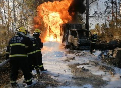 商丘一货车非法改装油罐车,5吨汽油流淌燃烧,车身烧成骨架