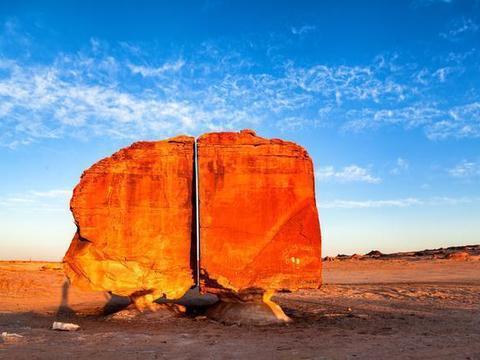 一块巨石被精准切成两半,整齐缝隙如激光切割,真是外星人干的?
