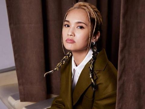 杨丞琳厉害了,穿橄榄绿西装配百褶裙青春靓丽,活泼俏皮不像36岁