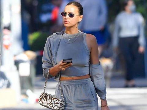 伊莉娜·莎伊克一身银灰色穿扮高挑有型,走在街头尽显超模气场!
