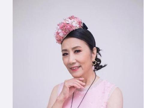 72岁汪明荃超敬业,戴花环穿少女装主持节目,还曾以光头造型示人