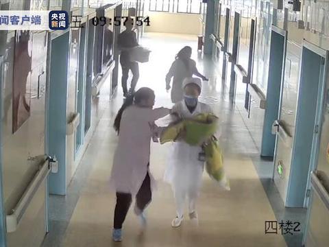 与时间赛跑!医护人员为抢救新生儿1分钟跑4层楼