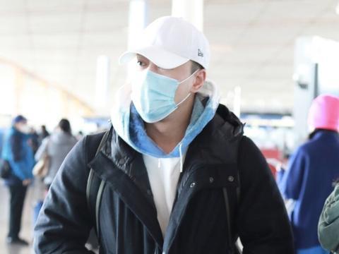 林峰穿黑色棉服现身机场,双手插兜捂紧衣服注意保暖
