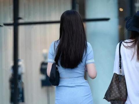 短裙穿搭花样多,选择适合自己的裙型和风格,打造专属的美