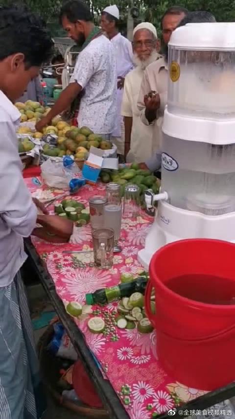 印度纯手工做的鲜榨果汁,连根吸管都不给,是想让我用手抓吗