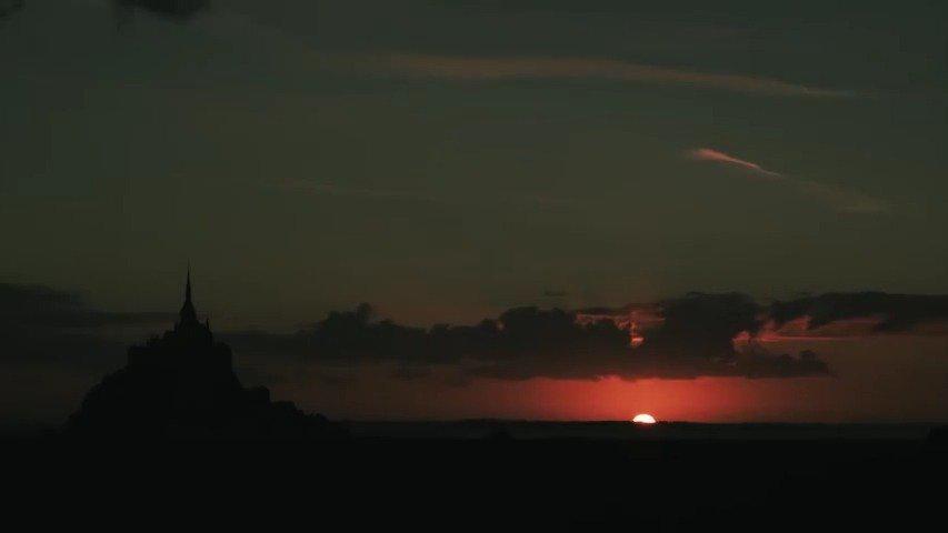 法国圣米歇尔山,矗立在茫茫大海之中,仿佛海市蜃楼