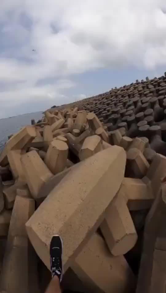 请问为什么要在海边放那么多的六角扳手呢?