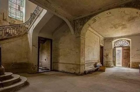 夫妻买下荒凉古堡,装修时发现一条暗道,通往地下城堡