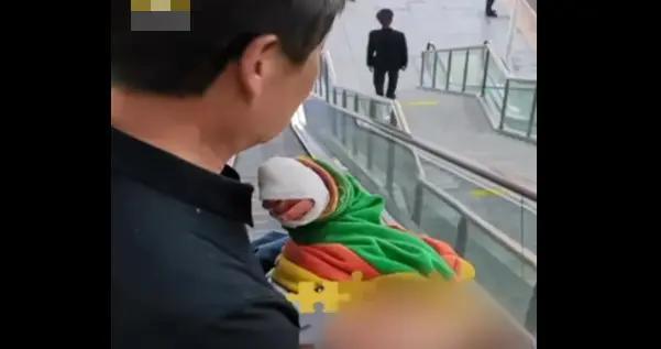 心疼!1岁半男童玩滑梯卡断手指,家长带孩子玩滑梯应注意这些