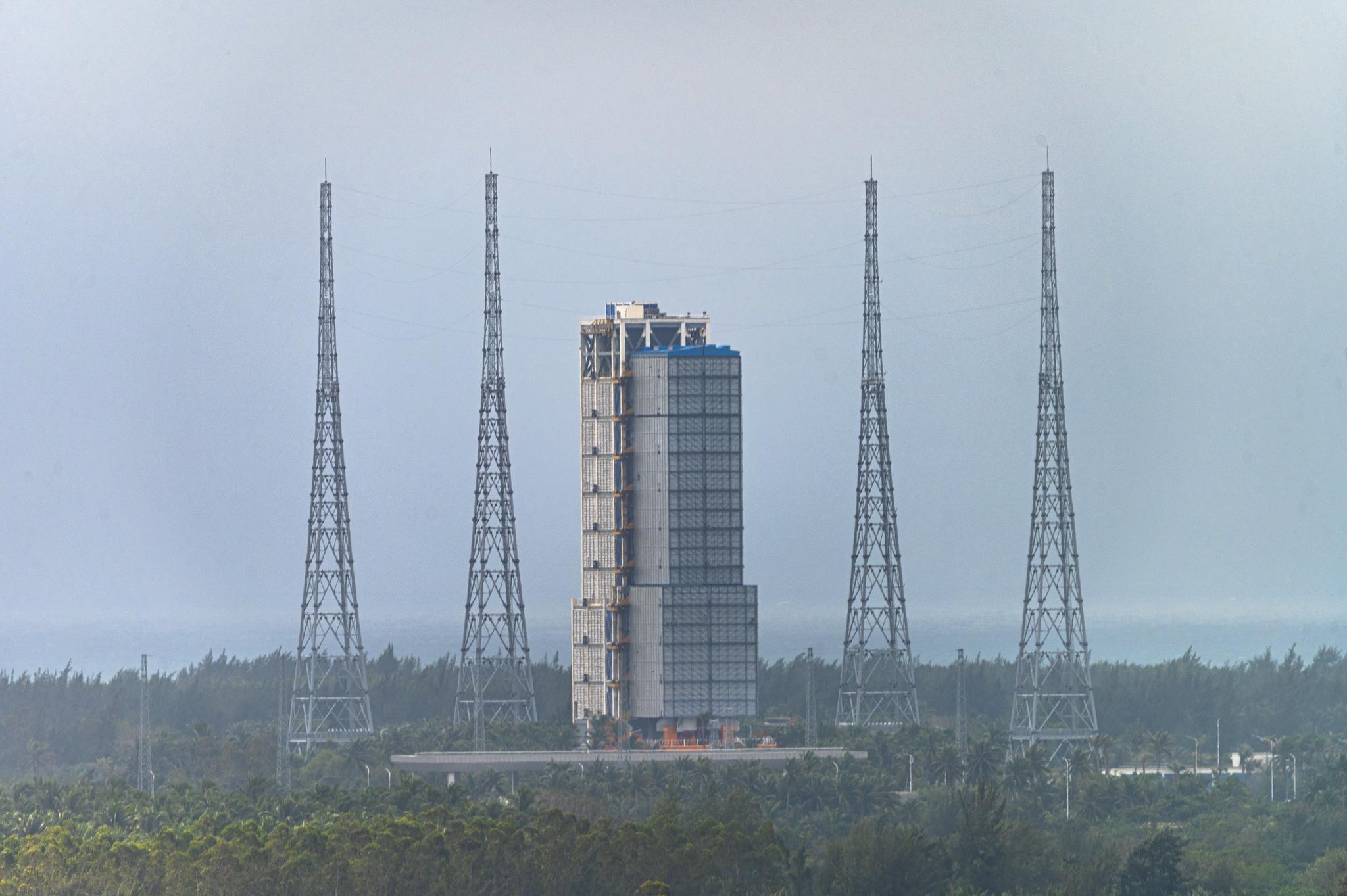 11月23日,搭载嫦娥五号的长征五号运载火箭已经在海南文昌发射中央蓄势待发。视觉中国 图