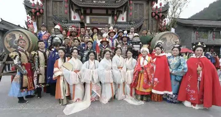 近2000名同袍齐聚龙里水乡,庆祝汉服出行日