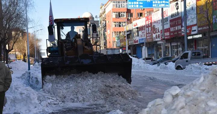 民营企业主动扛起社会责任 铲雪除冰保畅通