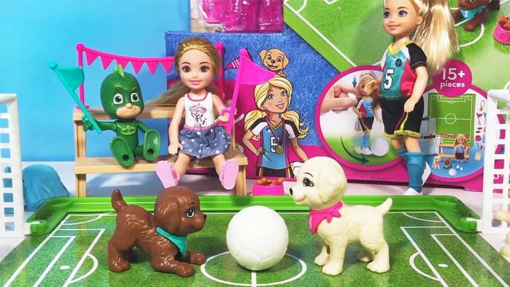 芭比狗狗足球赛开始!凯莉和睡衣小英雄当啦啦队