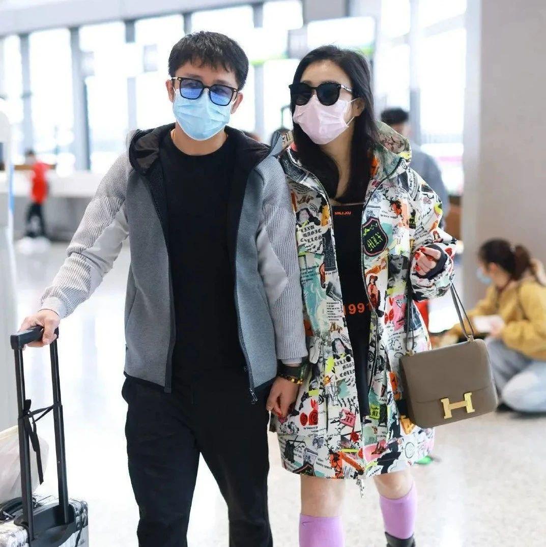 为了美也是拼了!冉莹颖大冷天光腿走机场,却被爱马仕包包抢了镜