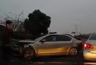 今晨S20外环高速三车相撞 一人受伤