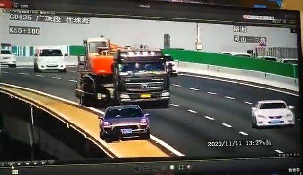 黑色车从桥上翻滚下去 这场景太可怕了