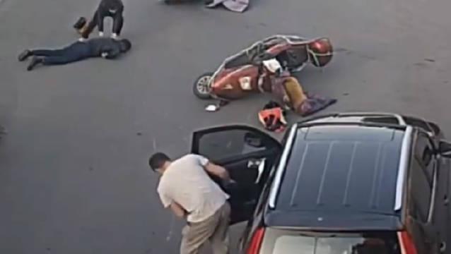 开车门不看后视镜,撞了人不看伤者只顾自己的车门???