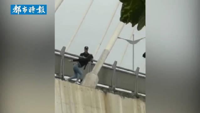 广西一女子跳桥轻生落水后自行游上岸被警方带离