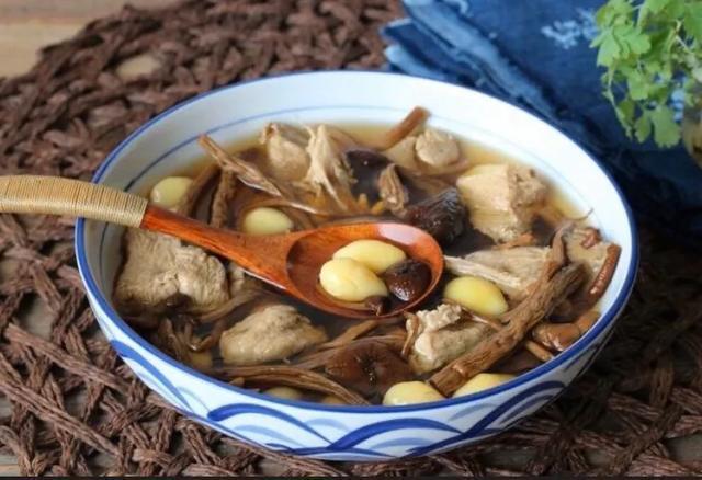 美食精选:梅菜小香肉、茶树菇白果老鸭汤