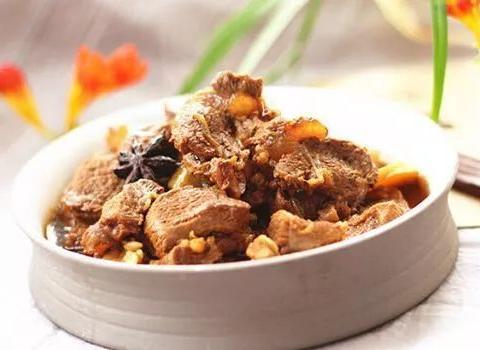 美食精选:红烧牛肉、红烧大虾、凉拌碧绿丝、红烧土豆