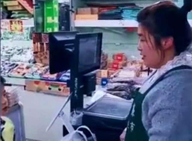 水果店老板帮小学生完成口语作业走红,网友:卖水果还得会英语?