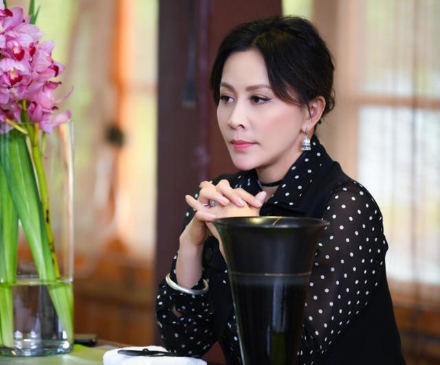 没有经纪公司的明星,郑爽白敬亭红,影坛大姐却自己谈业务