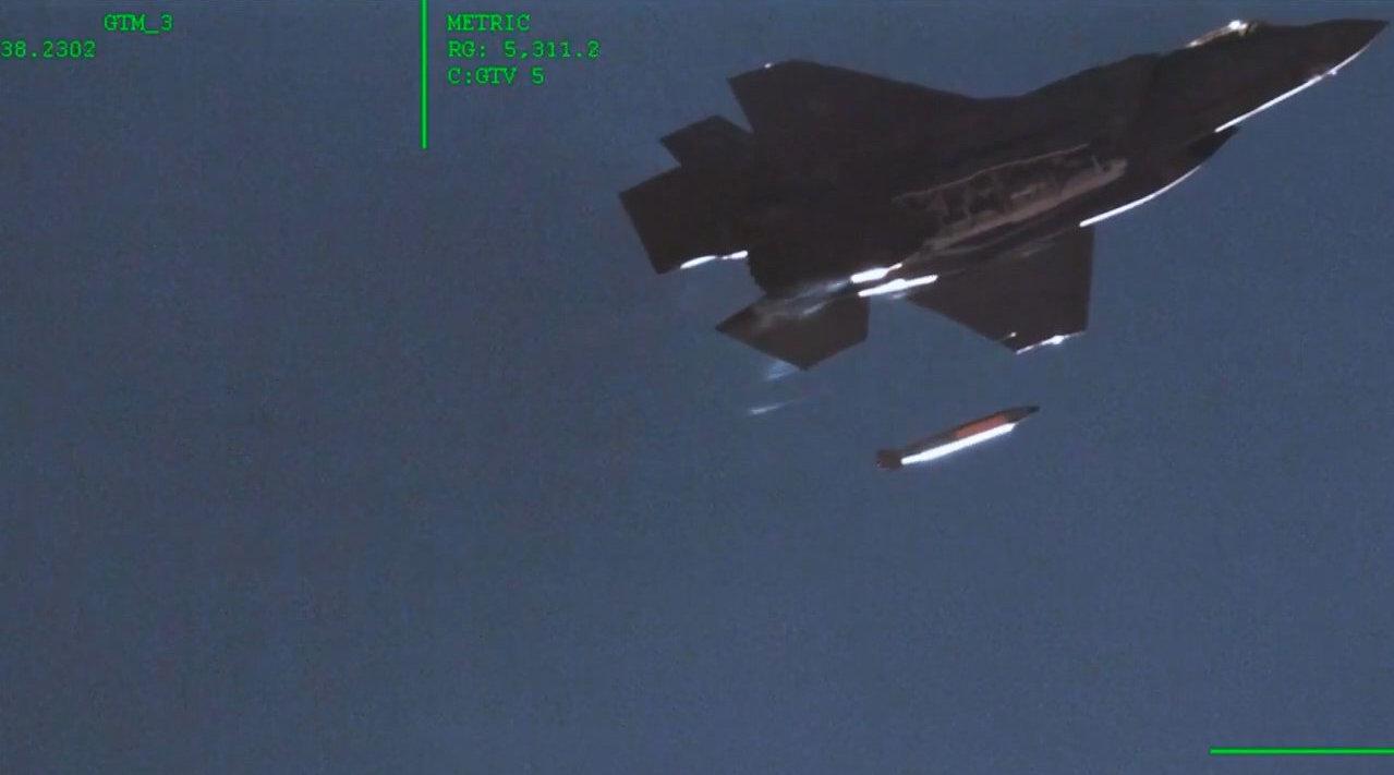 『F-35A首次完成投掷B61-12智能战术核弹测试!