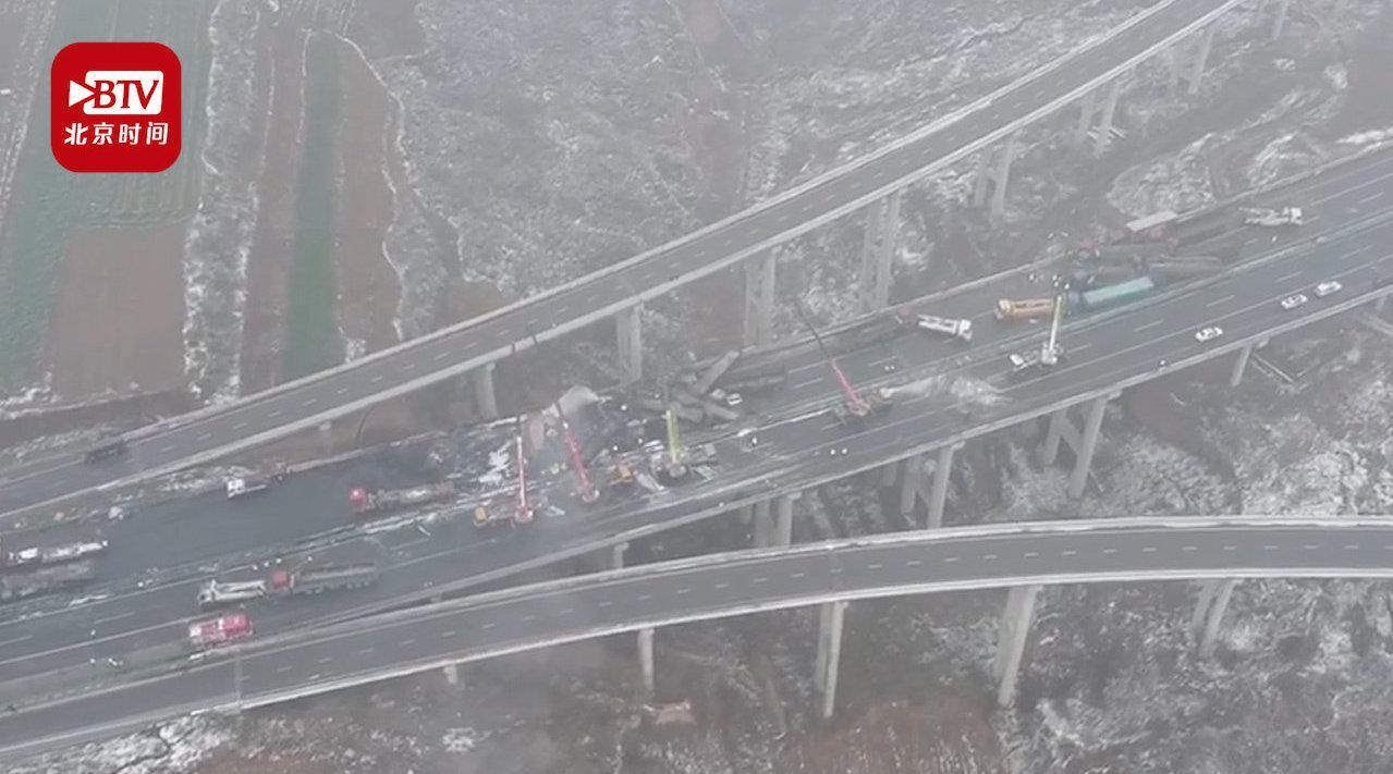 包茂高速43车连撞已致4死6伤 航拍救援现场:多车被烧只剩铁架