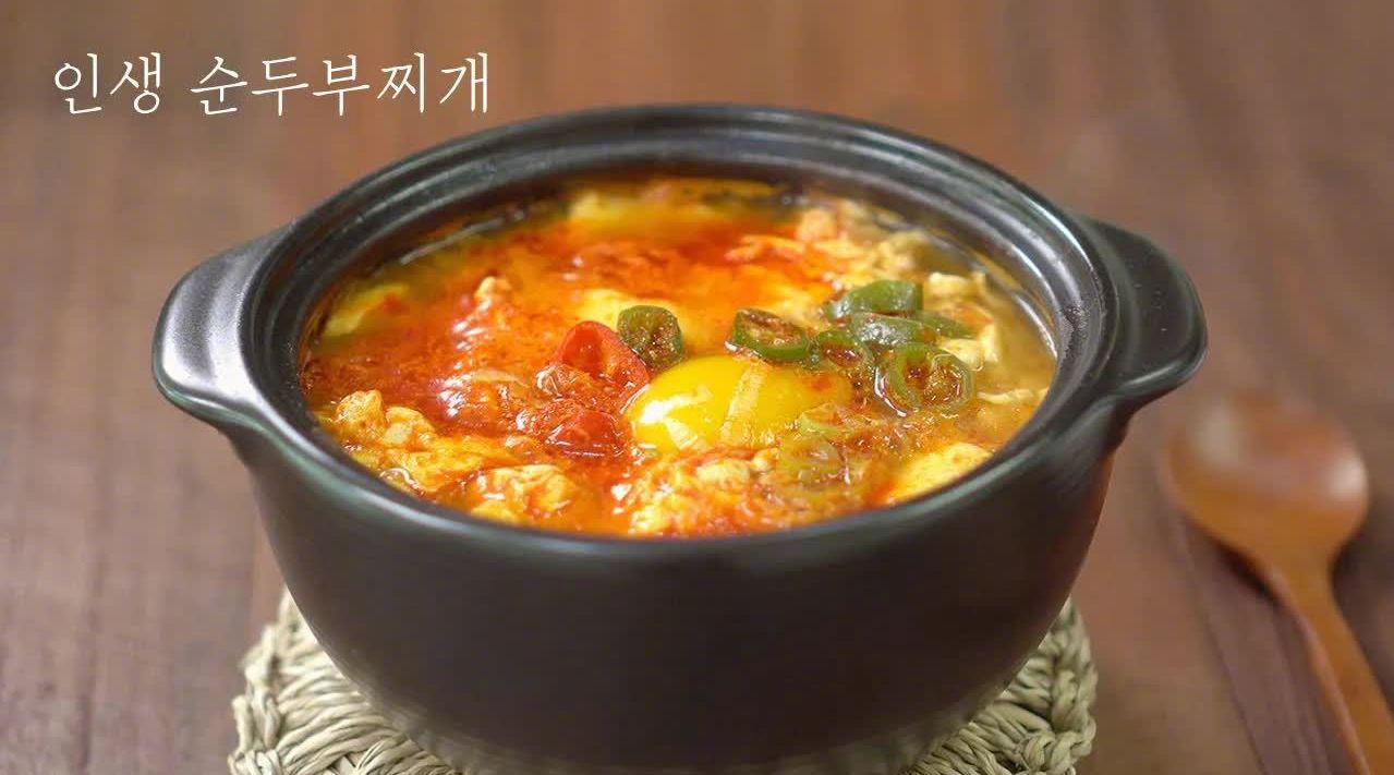 热乎乎的海鲜豆腐汤,豆腐软嫩,蛤蜊鲜甜…………