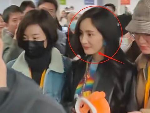 杨幂直播被偶遇,路人随手抓拍生图,34岁的她还有少女光环吗