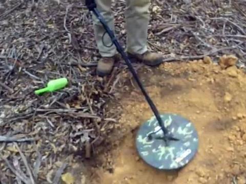 小伙拿金属探测器野外搜寻,荒地发现有反应赶紧挖开,收获惊喜了
