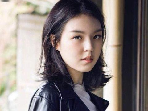 李咏女儿法图麦晒出多张图片,眼神灵动惹人爱,以初露美女气质