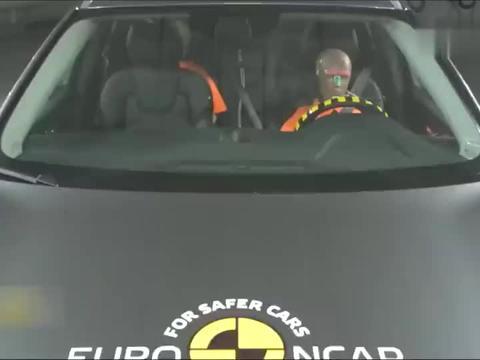 沃尔沃XC60碰撞测试,像是碰撞仪器在被车子测试,太坚固了!