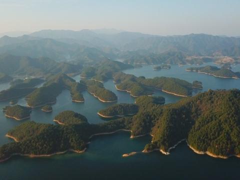 我国最大的人工湖,是农夫山泉的水源基地,堪称中国湖泊旅游典范