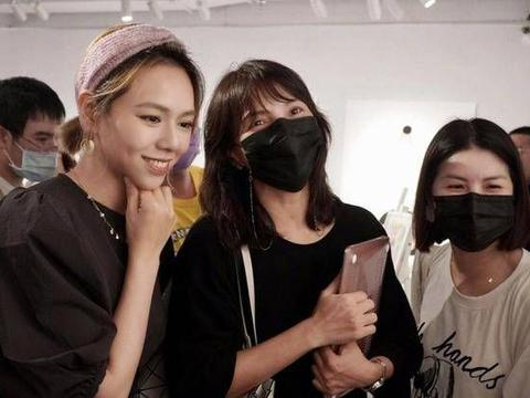 陈乔恩现身好友夏于乔画展,黑色西装搭白T知性减龄