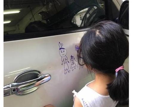 女孩在别人车上画画,车主见状立马阻止,看到画后开心的笑了