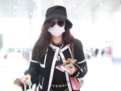 霍思燕一袭黑色穿搭现身机场,脖子带链子满满富贵范